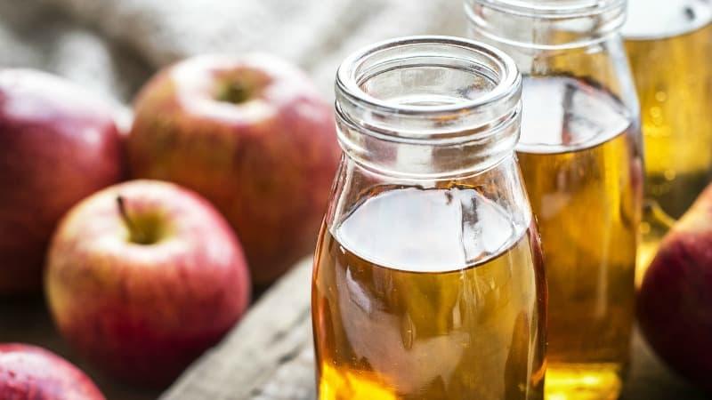 apples and apple cider vinegar in a bottle